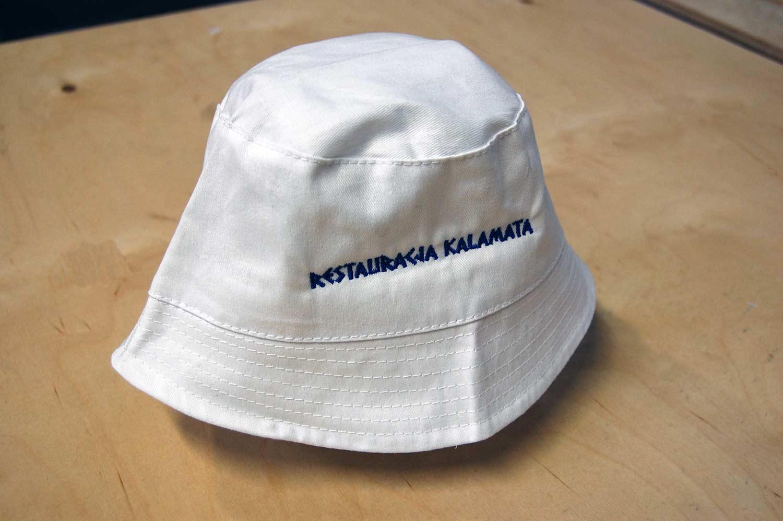 Restauracja Kalamata - napis wyhaftowany niebieską nicią na czapce