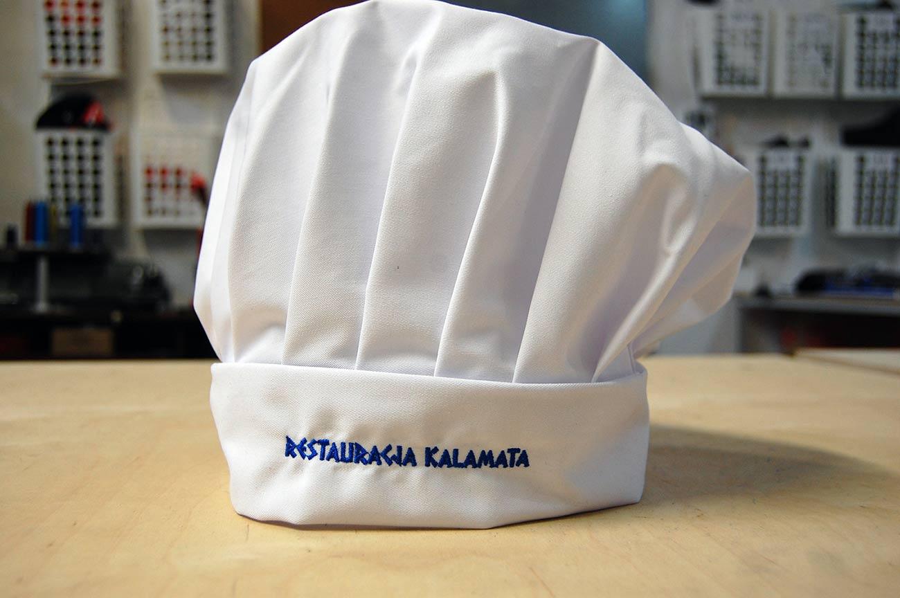 Wyhaftowana nazwa restauracji na czapce kucharskiej