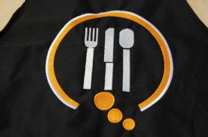 Dwukolorowy-haft-restauracji-wykonany-na-fartuchu-kuchennym