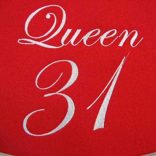 Biały haft cyfrowy napisu queen 31