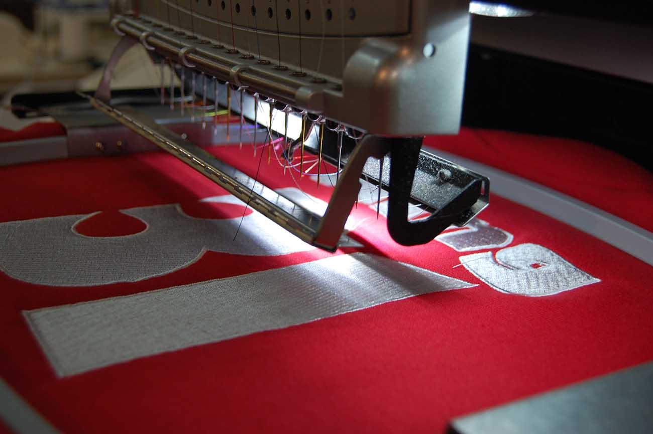 Znakowanie-bluzy-haftem-komputerowym