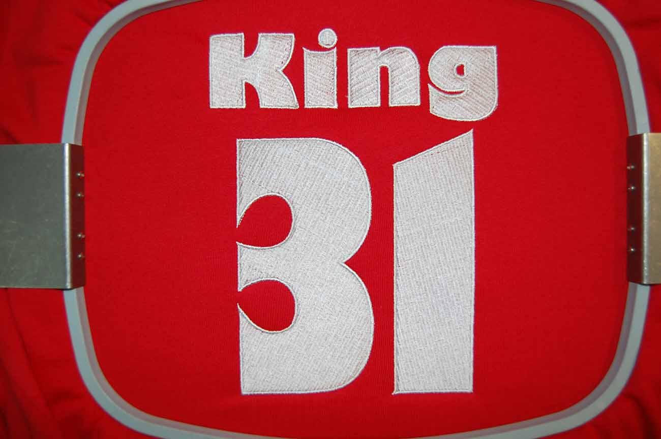 Wyhaftowany-bialy-napis-na-bluzie-King-31
