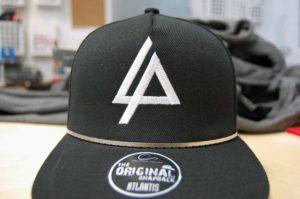Wyhaftowane-logo-na-czarnej-czapce