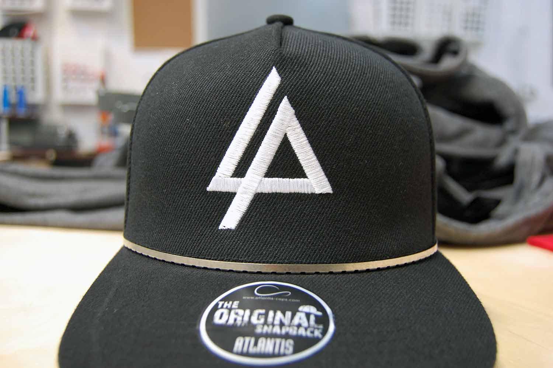 Wyhaftowane logo na czarnej czapce