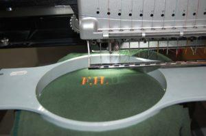 Hafciarka-cyfrowa-podczas-haftowania-napisu