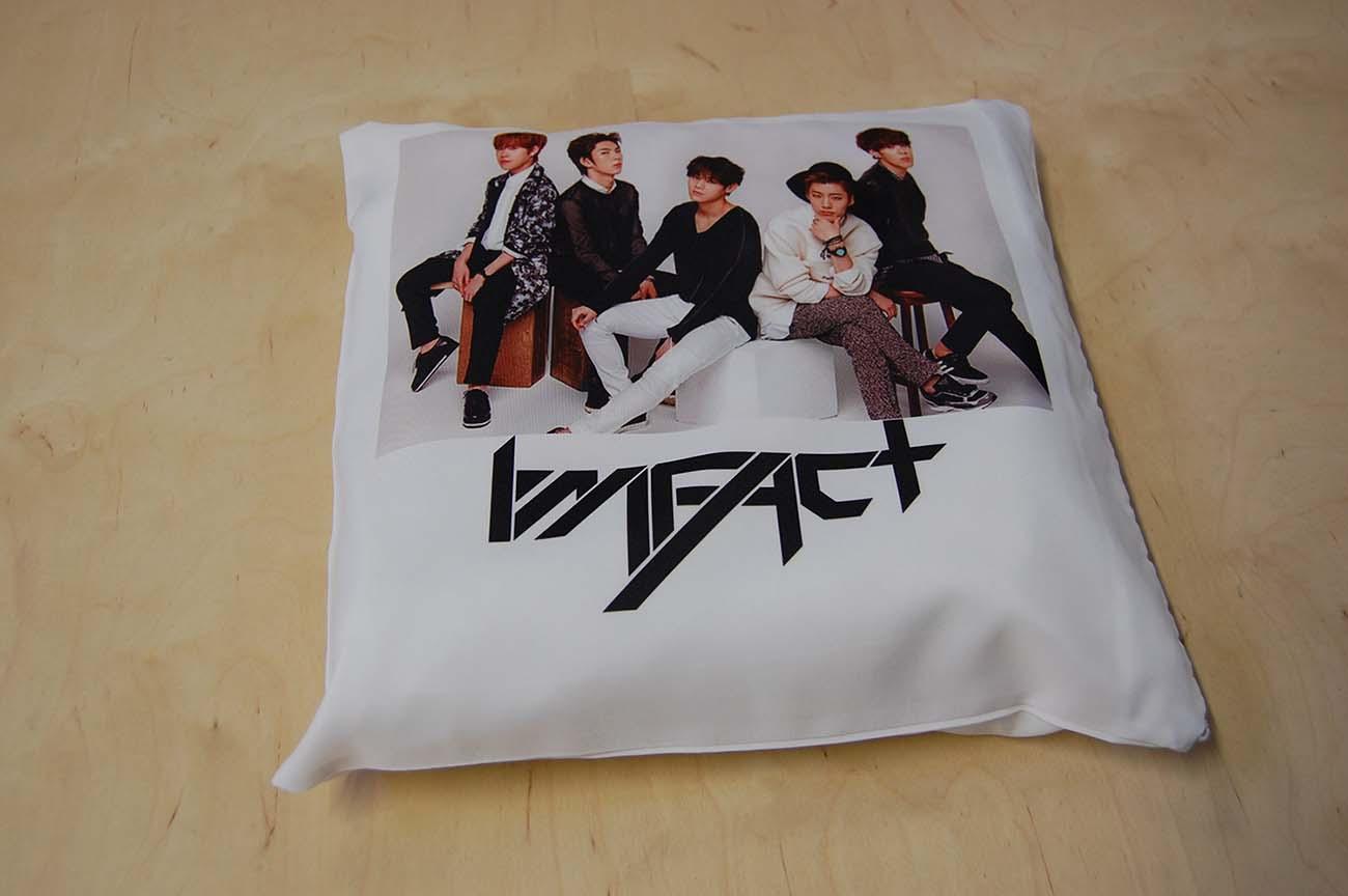Kolorowy nadruk na poduszce dla fanów zespołu k-pop