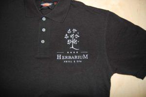 Biały haft logo Herbarium hotel & spa