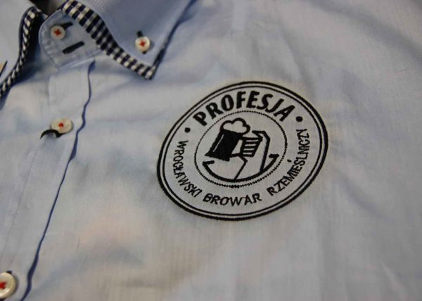 Wyhaftowane logo na koszuli Browaru rzemieślniczego Profesja Wrocław