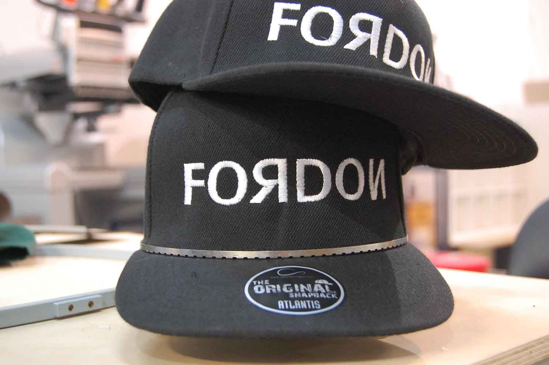 Wyhaftowane czarne czapki