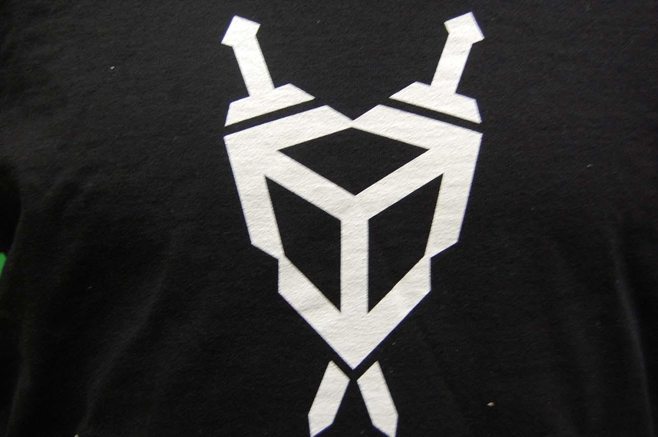 Znakowanie-sitodrukiem-na-koszulce