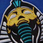 Haft komputerowy w wielu kolorach przedstawiający faraona