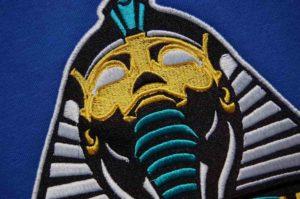 Haft-komputerowy-w-wielu-kolorach-przedstawiający-faraona