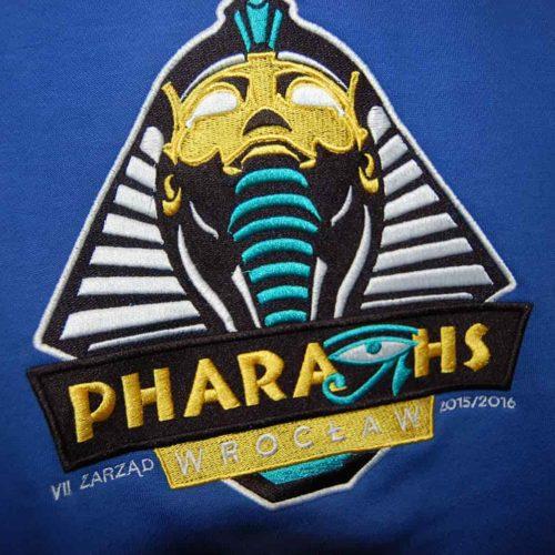 Pharaohs-Wrocław-haft-cyfrowy-na-niebieskiej-tkaninie