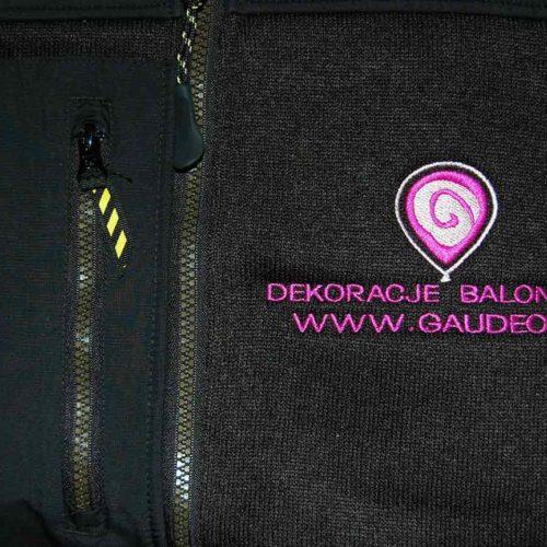 Różowo-białe logo z napisem wyhaftowane na bluzie
