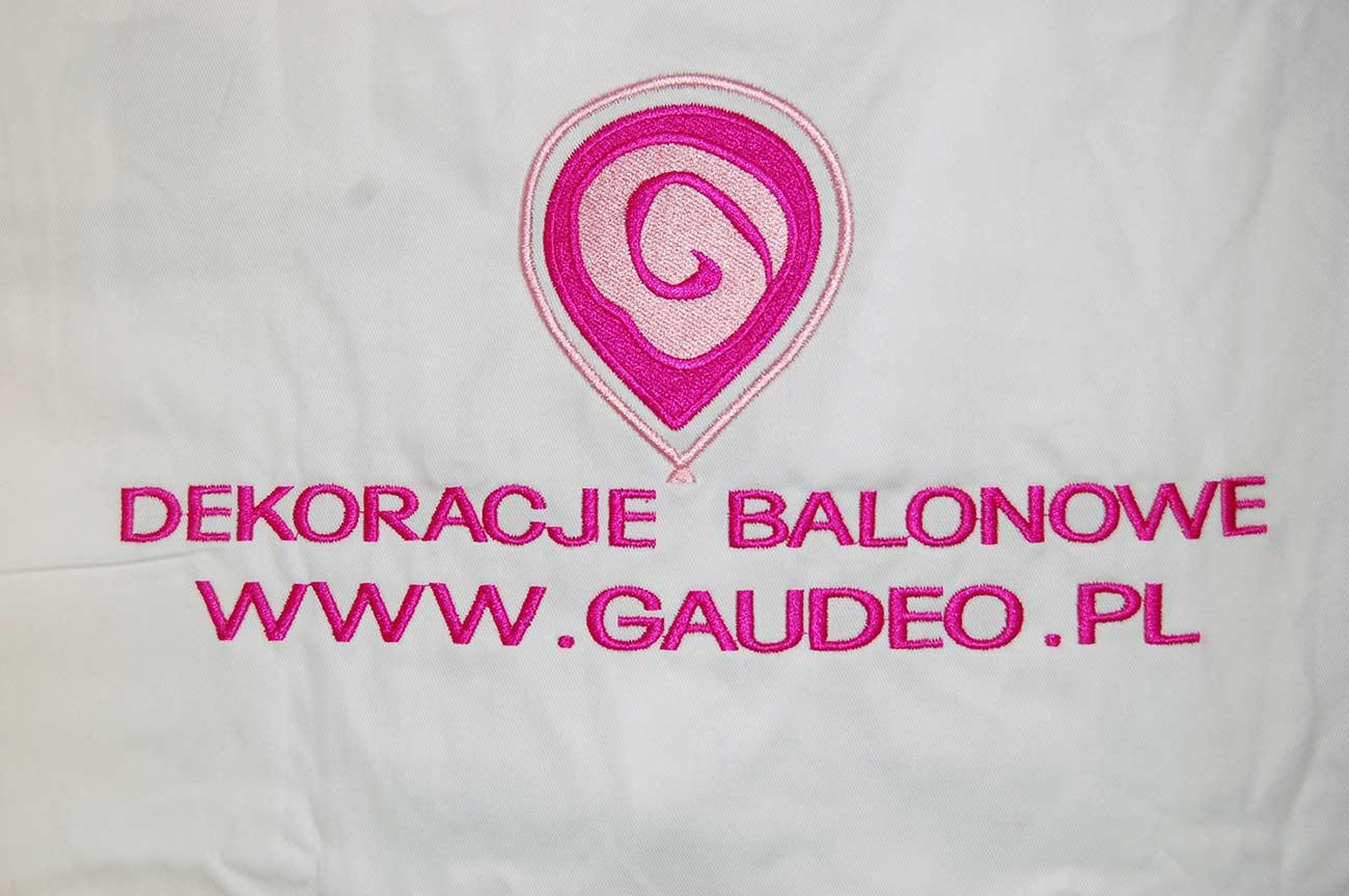 Wyhaftowane logo dekoracje balonowe na białym materiale