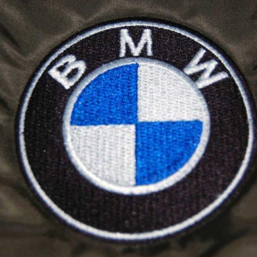 Znaczek BMW wyhaftowany na materiale