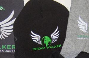 Dwukolorowe-logo-wyhaftowane-na-czapce-zimowej