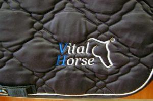 Wyhaftowane logo Vital Horse na czapraku
