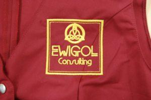 Logo Ewigrol consulting wyhaftowane na piersi kamizelki