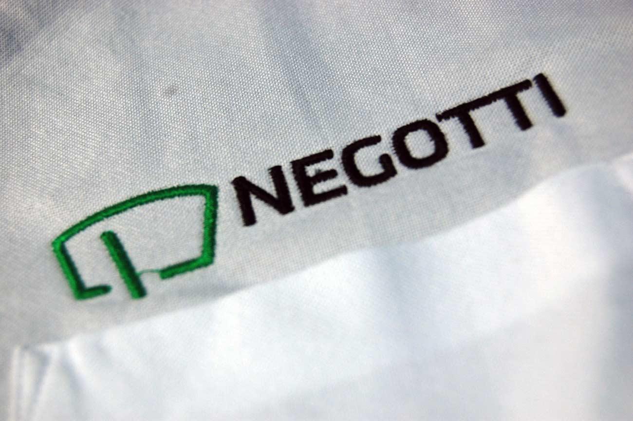 Wyhaftowane logo firmy w przybliżeniu