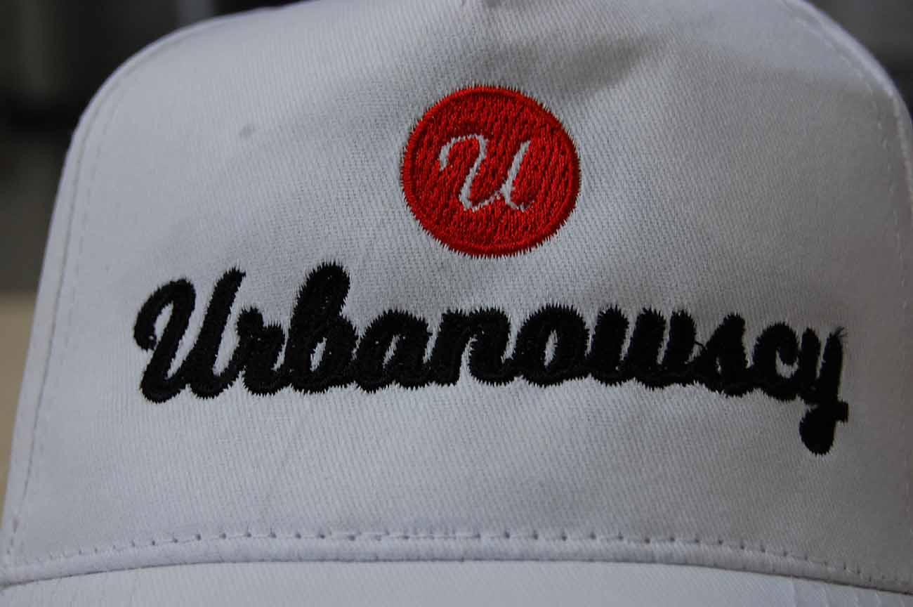 Biała czapka z haftem dla firmy Urbanowscy