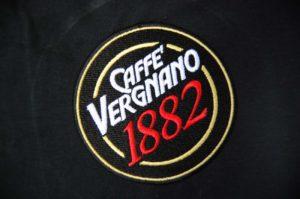 Wyhaftowane logo marki kawy