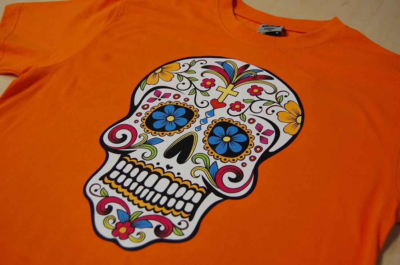 Nadruk czachy metodą DTG na koszulce pomarańczowej