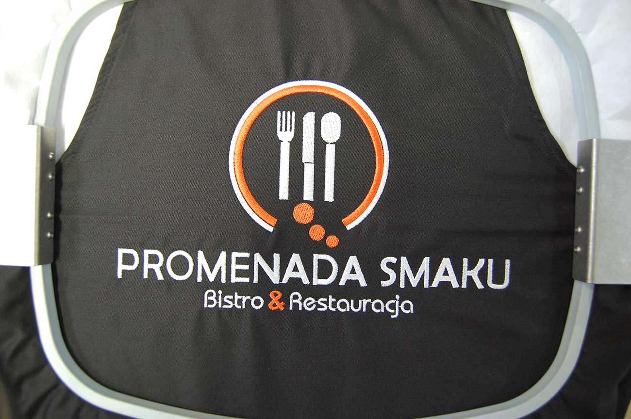 Wyhaftowane logo Promenada Smaku na fartuchu
