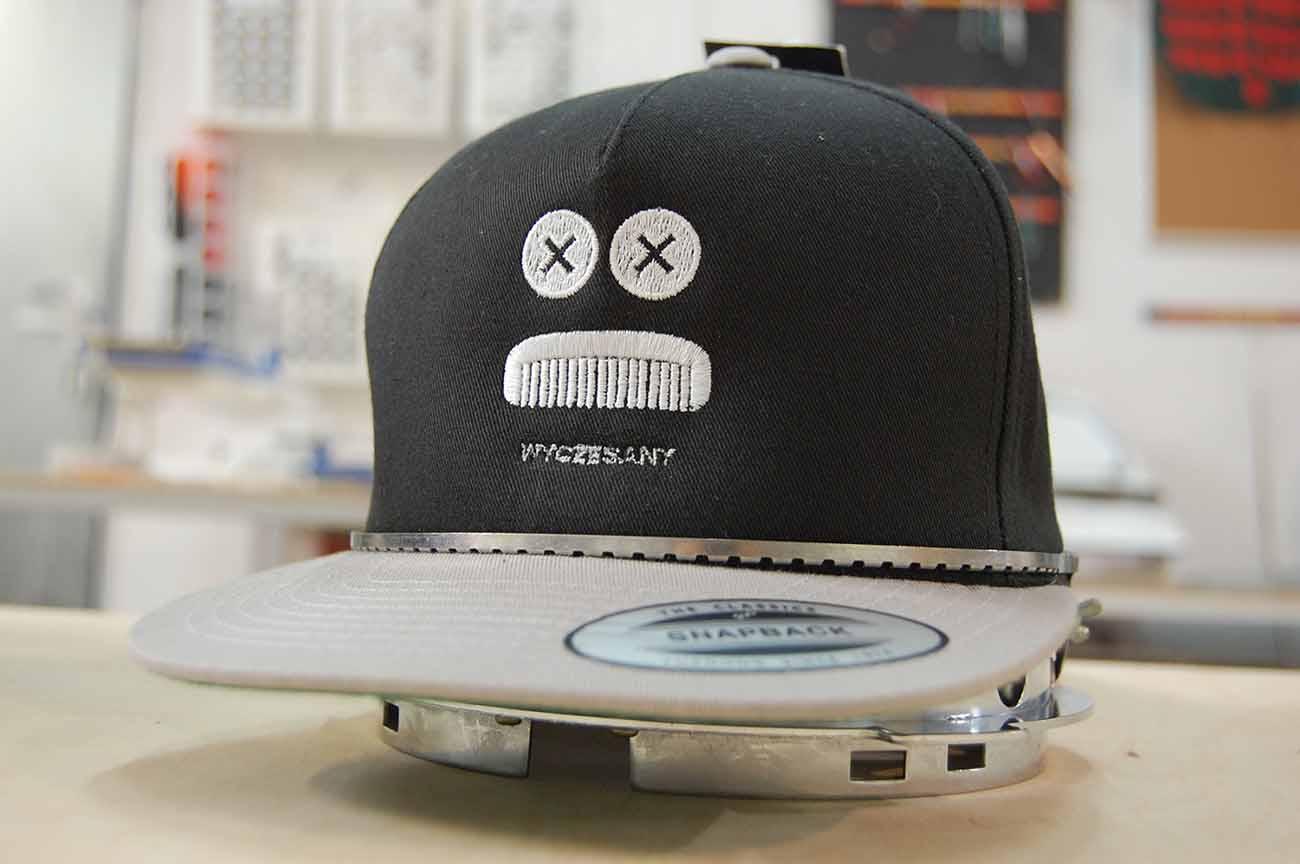 Haft na czapkach wykonany dla firmy fryzjerskiej