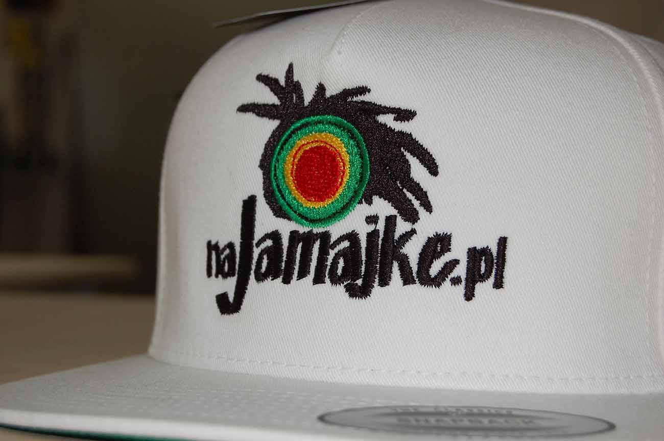 Kolorwy haft na czapce snapback