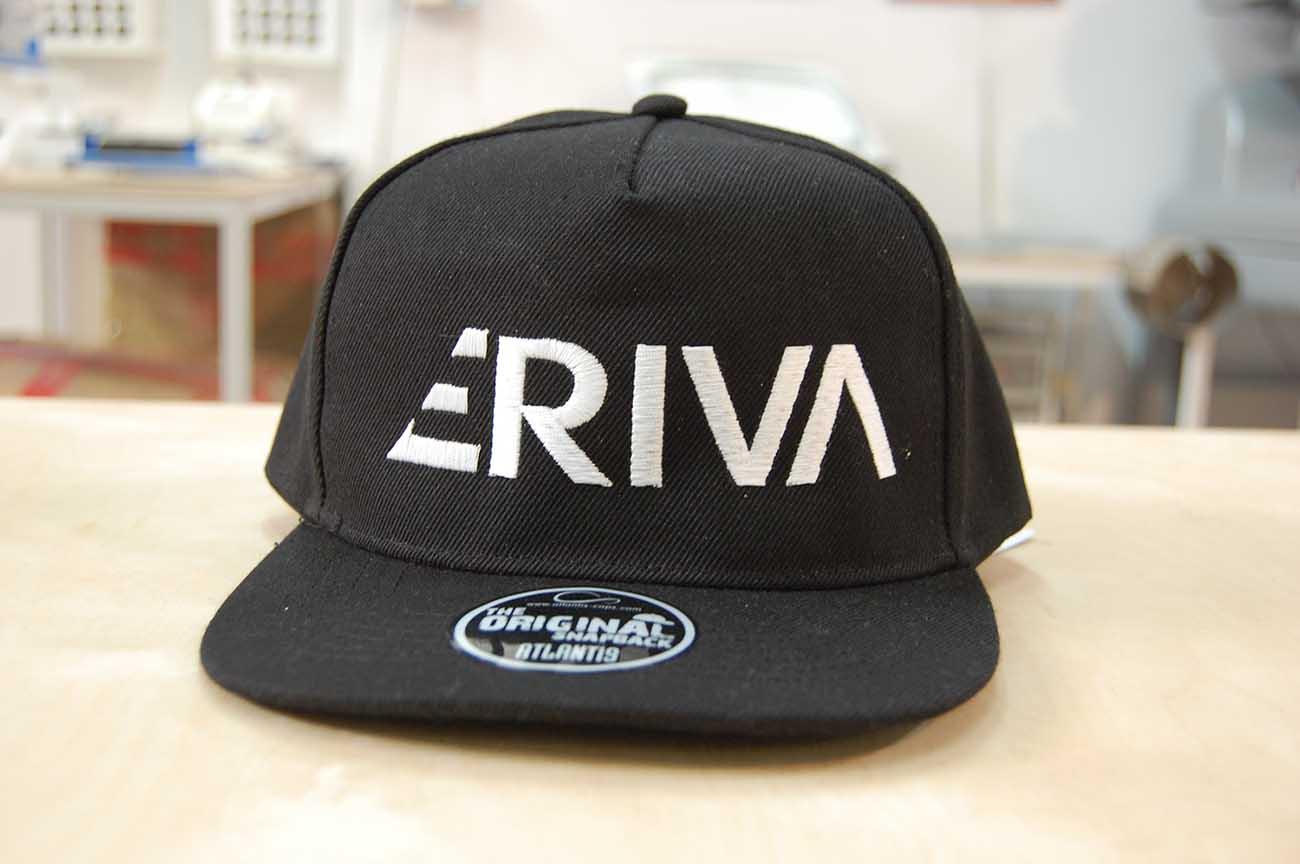 Biały haft komputerowy na czapce snapback
